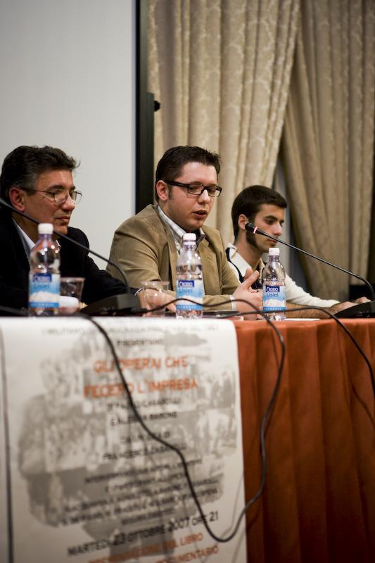 Al microfono durante la presentazione uno dei due coautori, Paolo Casarolli